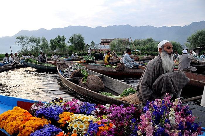 Dal Lake market