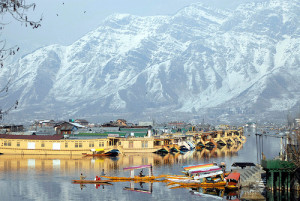 Amazing View of Dal Lake in Kashmir - A paradise for honeymoon couples